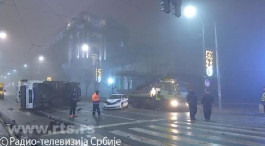 Beograd: Kamion se prevrnuo kod zgrade Vlade