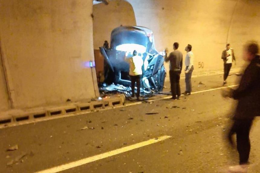 Autom udario u zid tunela, vozač poginuo