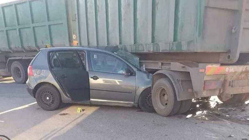 "Teška nesreća: ""Golf"" podletio pod kamion"