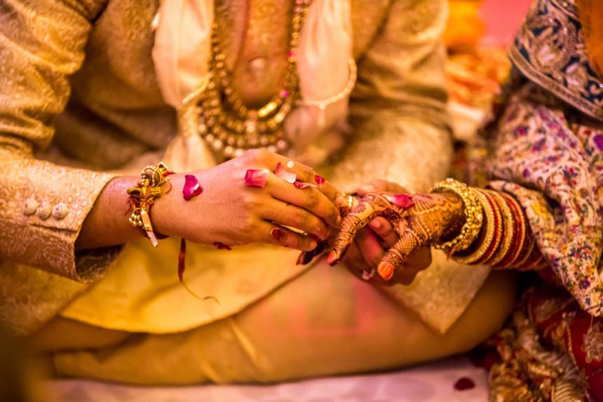 Mladoženja se sakrio ispod autobusa kad mu je na venčanje  upala prva žena!