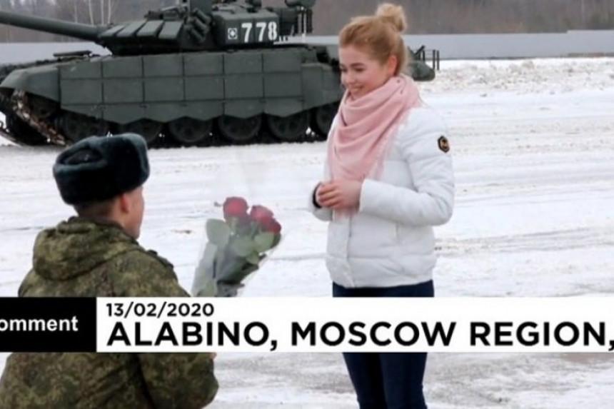Ruski vojnik na neobičan način zaprosio djevojku
