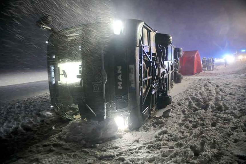 Vjetar prevrnuo  autobus pun putnika, ima povrijeđenih