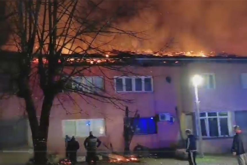 Gori stambena zgrada u Srpcu, vatrogasci na terenu
