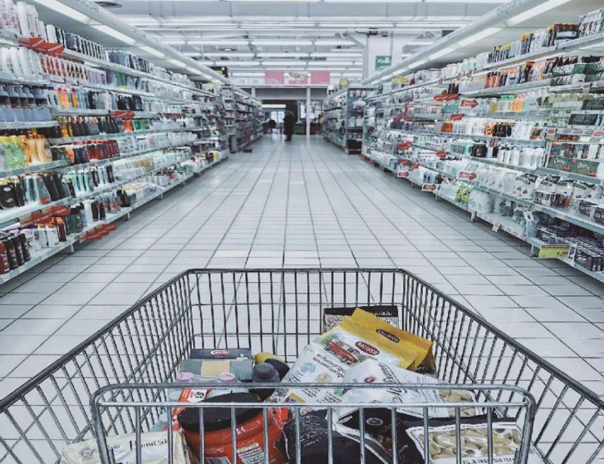 Žena namjerno kašljala na proizvode u prodavnici