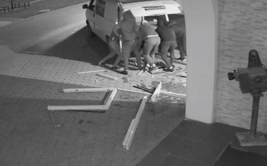 Pogledajte filmsku krađu bankomata u Gračanici (VIDEO)