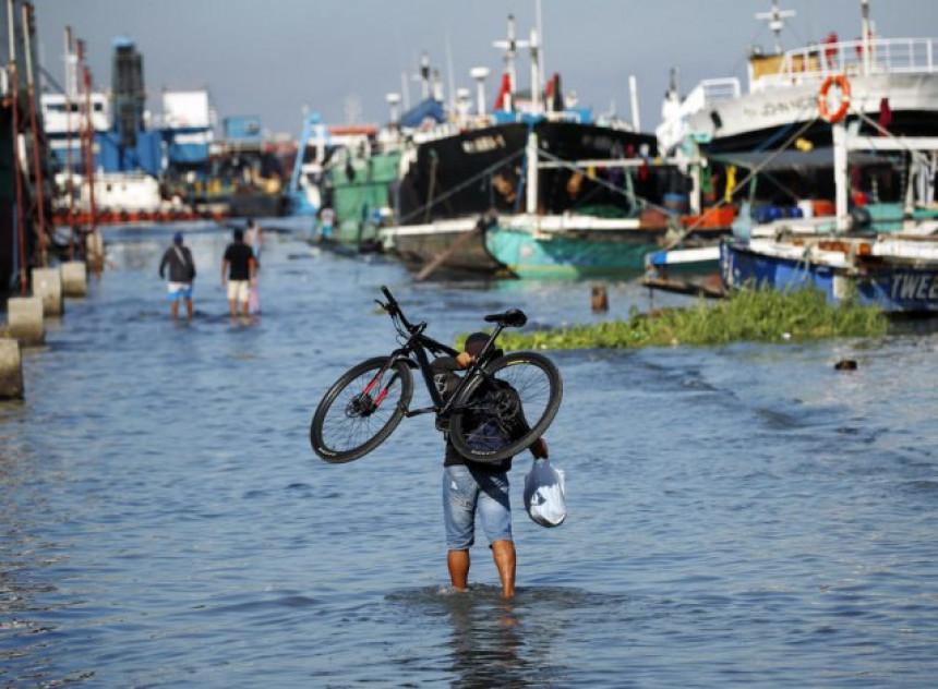 Tajfun pogodio Filipine, desetine hiljada ljudi iseljeno