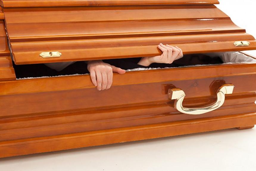 Gradonačelnik legao u sanduk praveći se mrtav da bi izbegao kaznu policije!