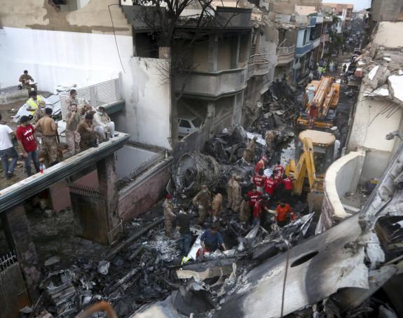 Dvije osobe preživjele u padu pakistanskog aviona
