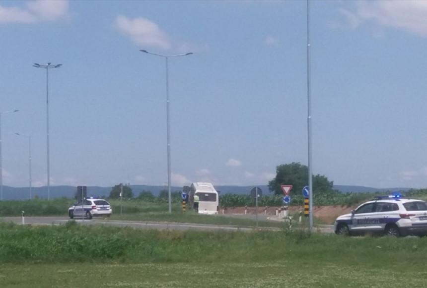 U sudaru automobila i autobusa 18 osoba povrijeđeno