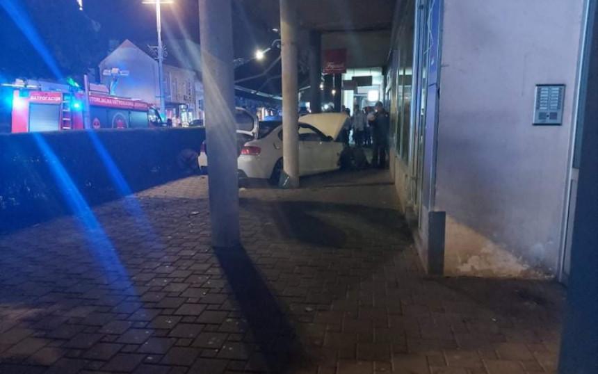 Возилом улетио у башту кафића у центру Бијељине