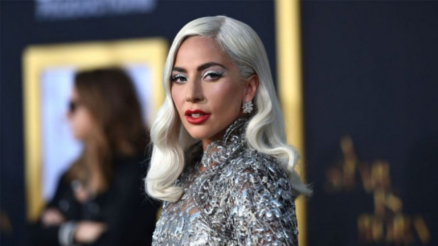 Trudna Lejdi Gaga - pevačica pokušala duksom da sakrije stomak!(FOTO)
