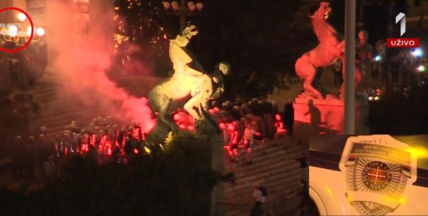 Policija reagovala, u toku je hapšenje demonstranta