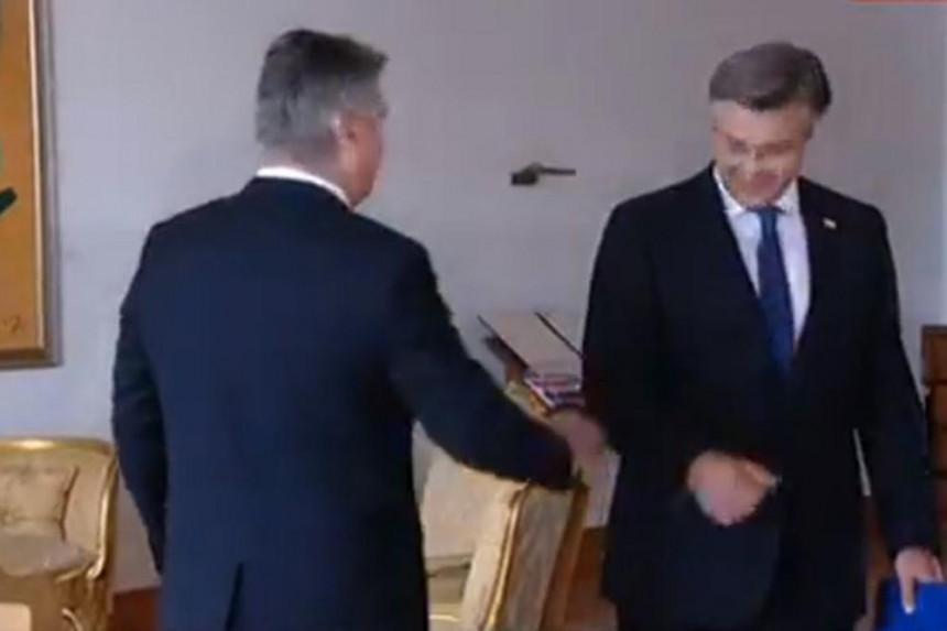 Milanović Plenkoviću ruku, Plenković Milanoviću lakat