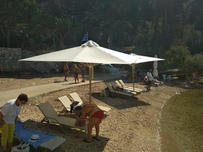 Skandal: Ležaljke, suncobrani pored Plave grobnice