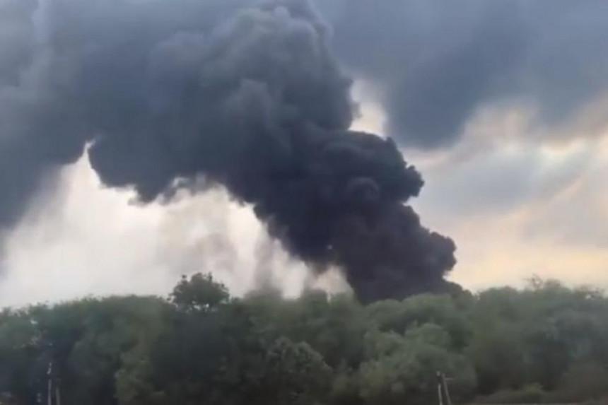 100 vatrogasaca gasi požar u fabrici plastike