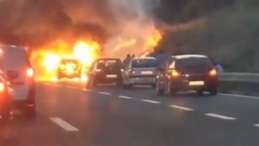 Beograd: Automobil u plamenu na auto-putu