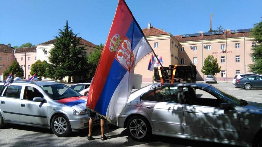 SNSD-ovci idu na litije a glasaju za Đukanovića (VIDEO)