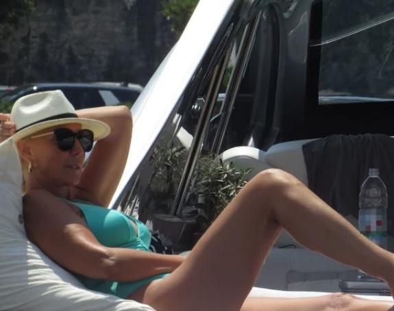 Golišava Lepa Brena: Vruće fotke i duge noge