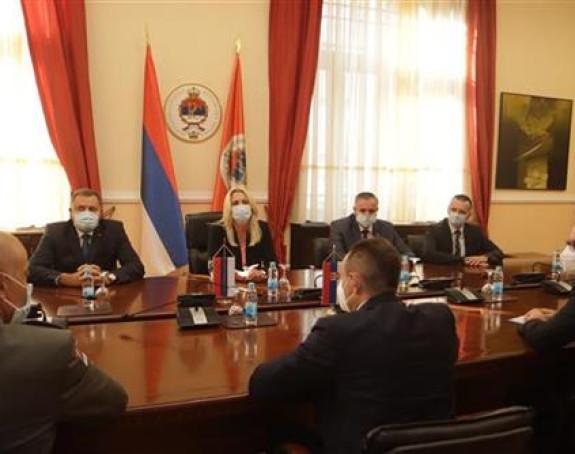 Predsjednici Srpske uručene replike srpskih zastava