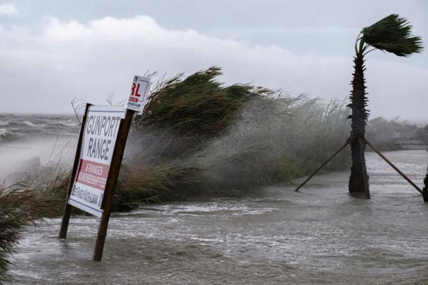 Послије урагана полаве: Уништене куће, путеви (ВИДЕО)