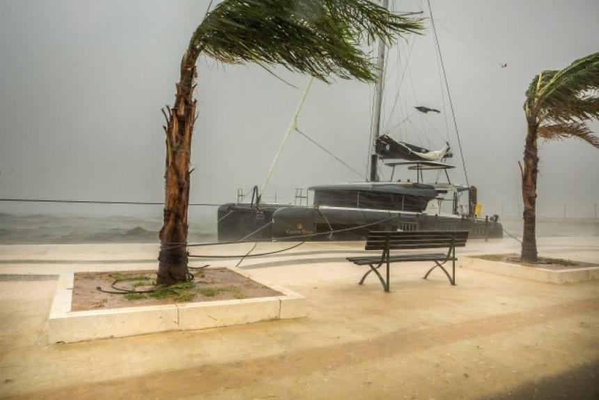 Haos u Grčkoj: Oluja donijela poplave, lete jahte (VIDEO)