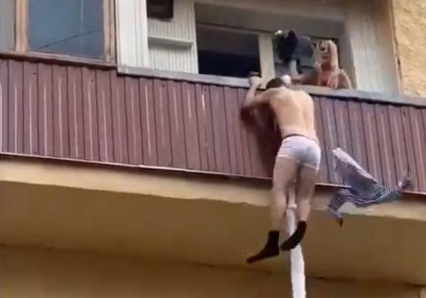 Љубавник бјежао преко терасе, муж кренуо за њим