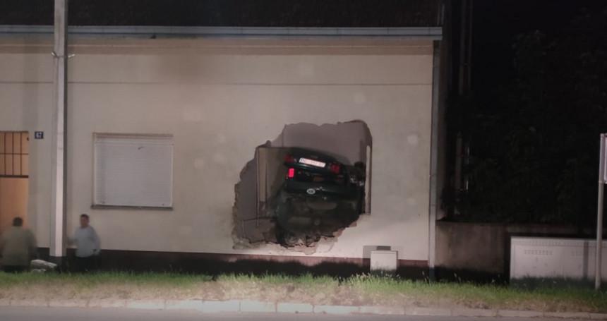 Automobilom se zabio u kuću, poginuo vozač