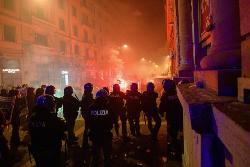 Neredi u Napulju nakon što je uveden policijski čas