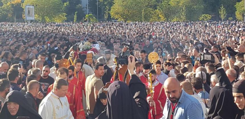 Hiljade vjernika ispratilo mitropolita Amfilohija, sutra sahrana u Podgorici