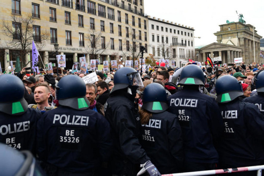 Hoas u Berlinu, policija odgovorila vodenim topovima