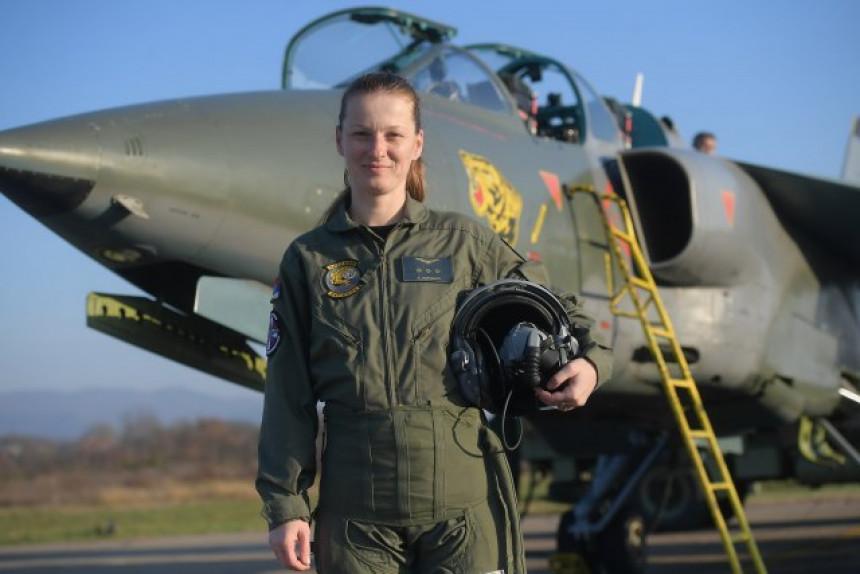 Капетан Ана Перишић - прва жена пилот Војске Србије