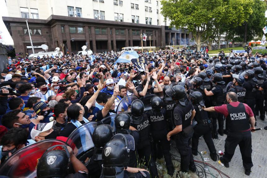 Општи хаос: Туча навијача на испраћају Марадоне