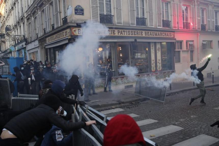 Pariz: Suzavac na maršu protiv policijskog nasilja