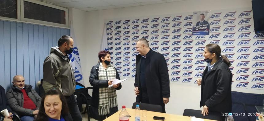 Jovičić u Brčkom uručio članske karte novim članovima DNS-a