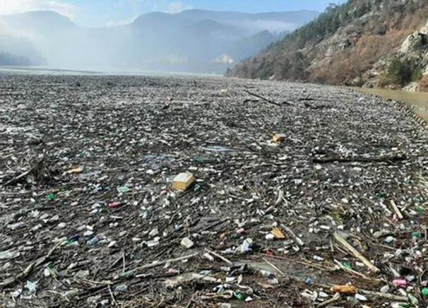 Četiri hiljade kubika otpada kod brane na Drini