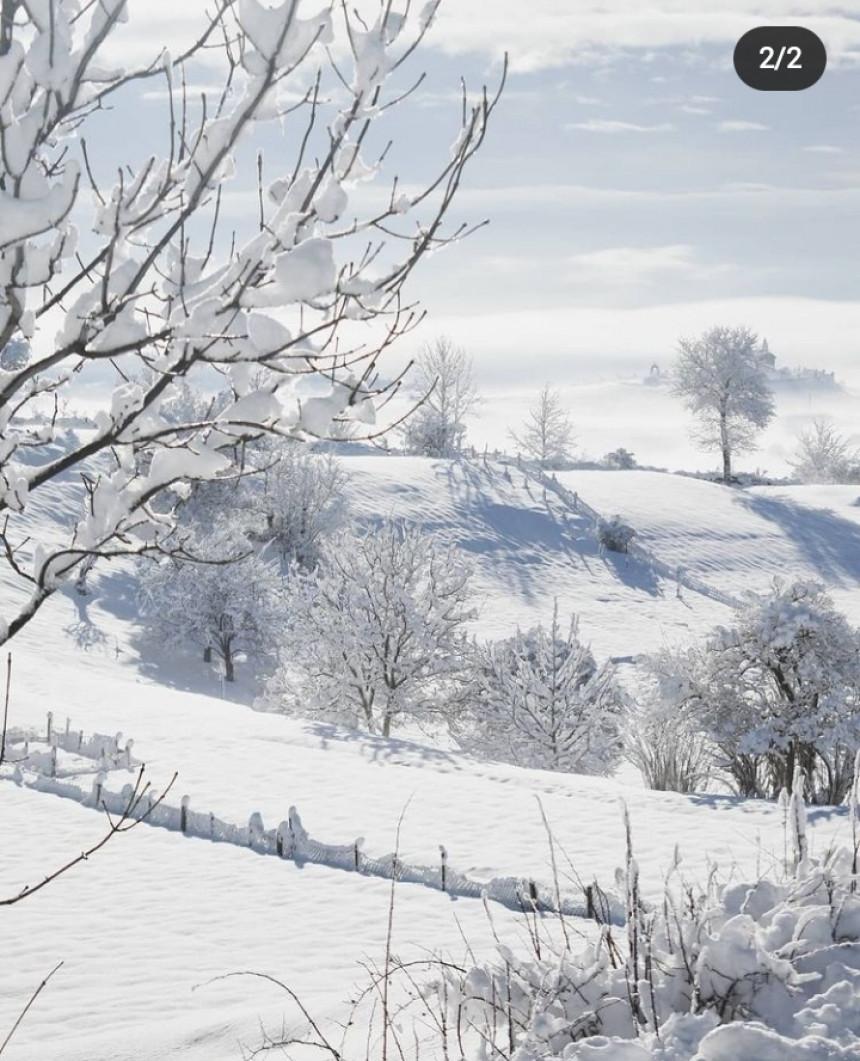 Božićno jutro u Gacku osvanulo pod snijegom
