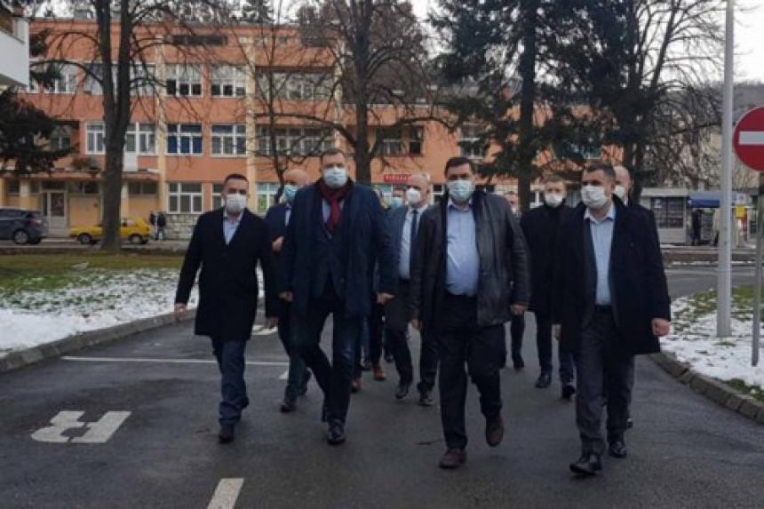 Iako okružen ljudima iz mješovitih brakova, Dodik se narugao drugima