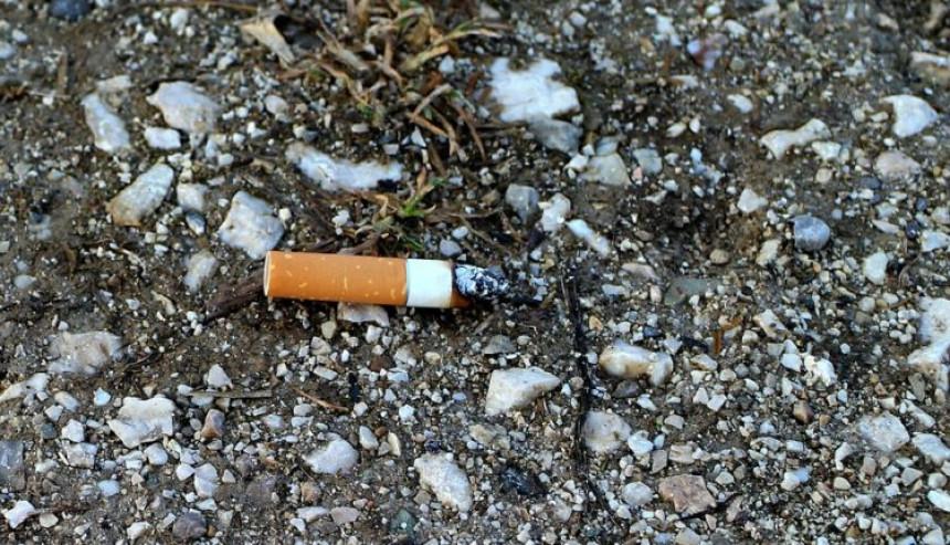 Zbog bačenog opuška od cigarete mora da plati 450 evra!