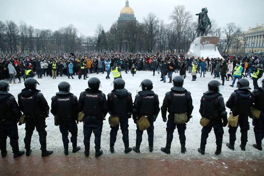 Полиција ухапсила више стотина присталица Наваљног