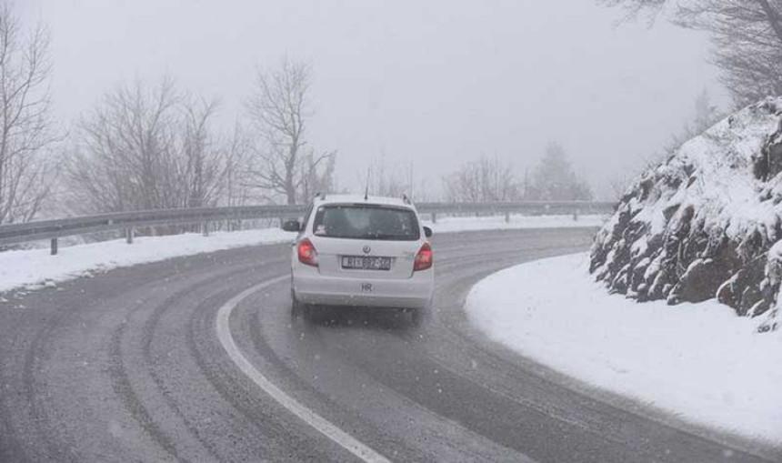 Zbog snijega kolovozi mokri i klizavi