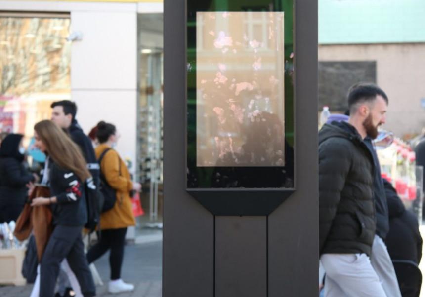 Na reklamnom panou u centru grada prikazan pornić