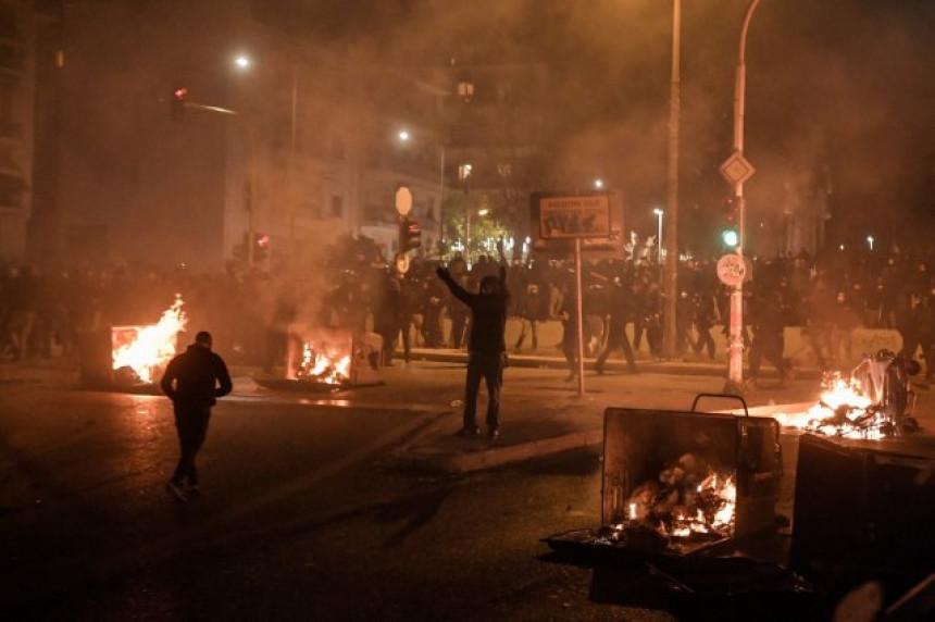 Neredi na ulicama Atine: Kokteli bačeni na policajce