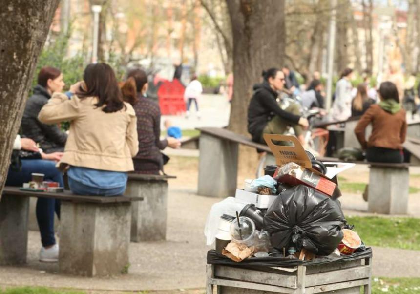 Prizori kakve grad ne pamti: Parkovi puni smeća