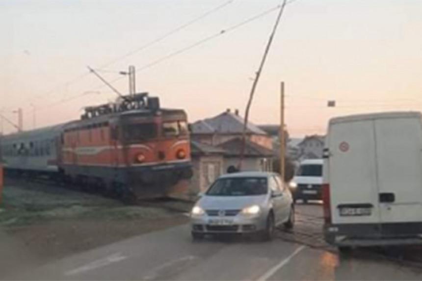 Voz stao ispred podignute rampe u Zalužanima (VIDEO)