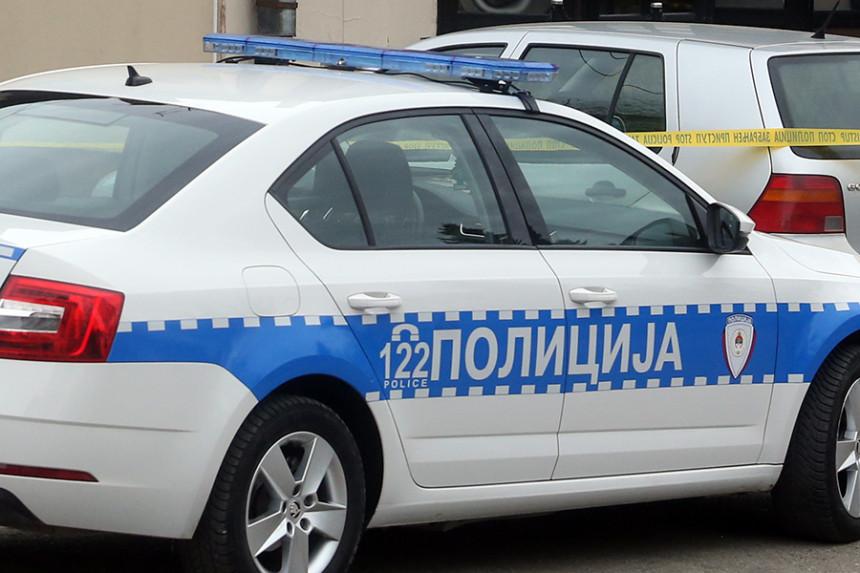 """Izgorio automobil """"pežo"""" u selu blizu Trebinja"""