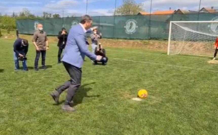 Pogledajte kako Vučić izvodi penal (VIDEO)