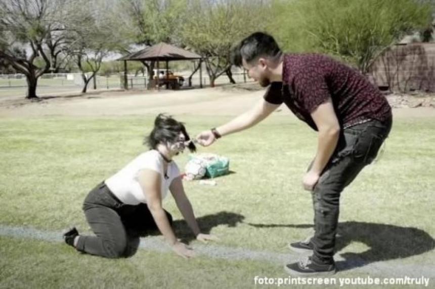 Dečko devojku tretira kao psa, ona to obožava!