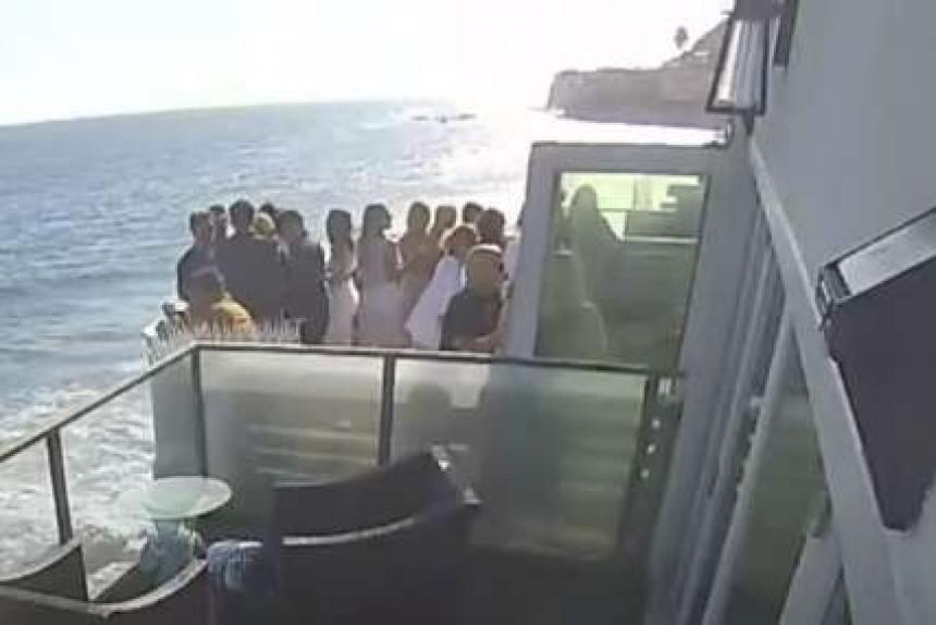 Усред забаве пао балкон пун гостију (ВИДЕО)