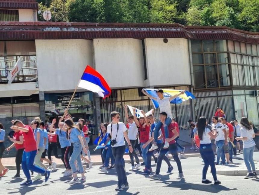 Млади Сребренице: Раме уз раме, с различитим заставама