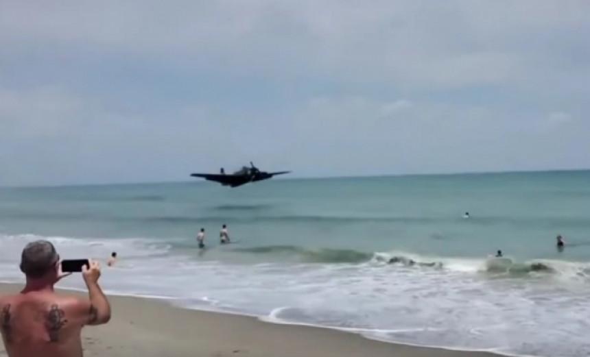 Jurišni bombarder pao u plićak prepun kupača